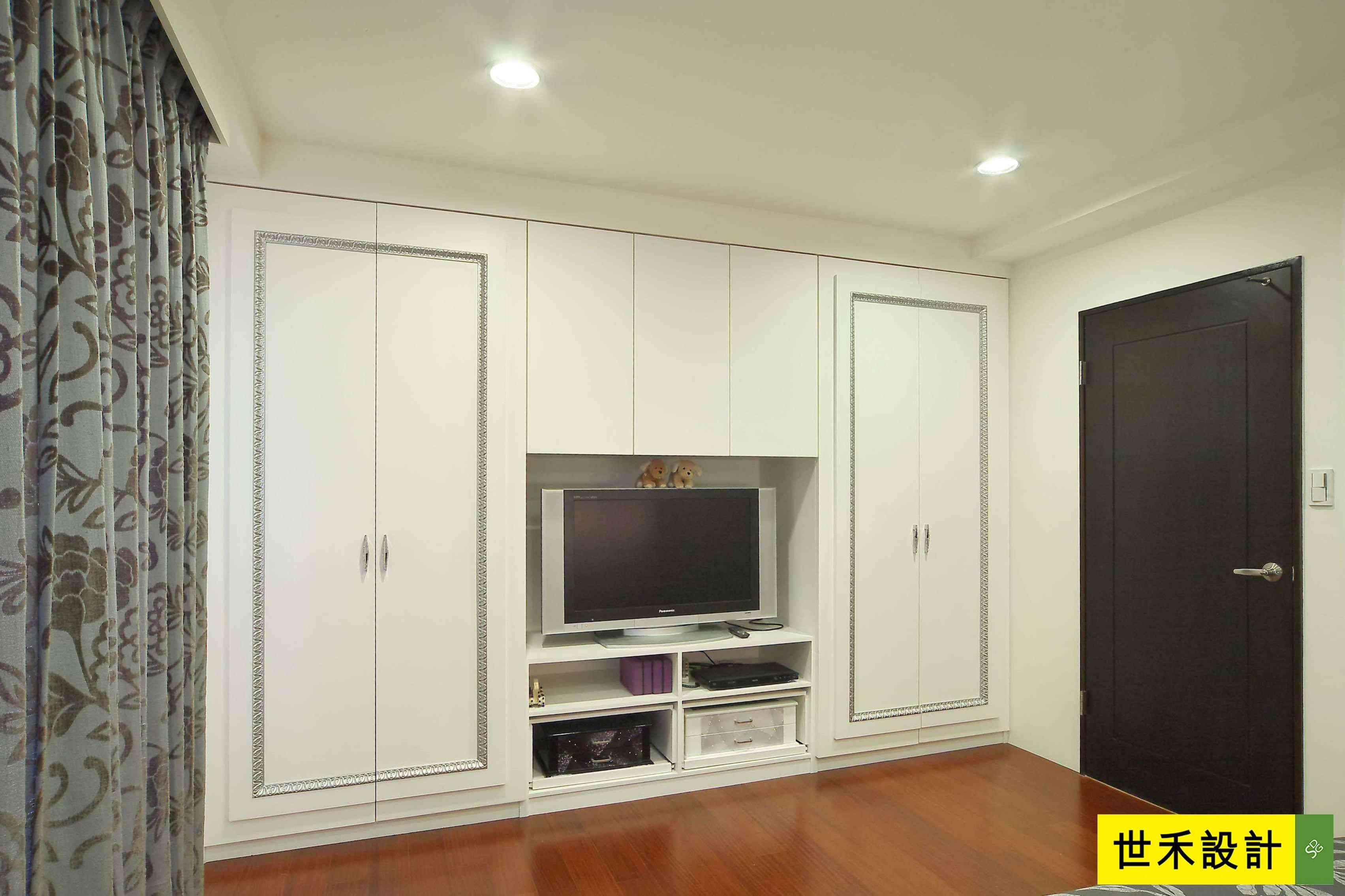 主卧电视墙-以艺术线板滚边表现,让衣柜与电视柜整合一体俐落呈现.