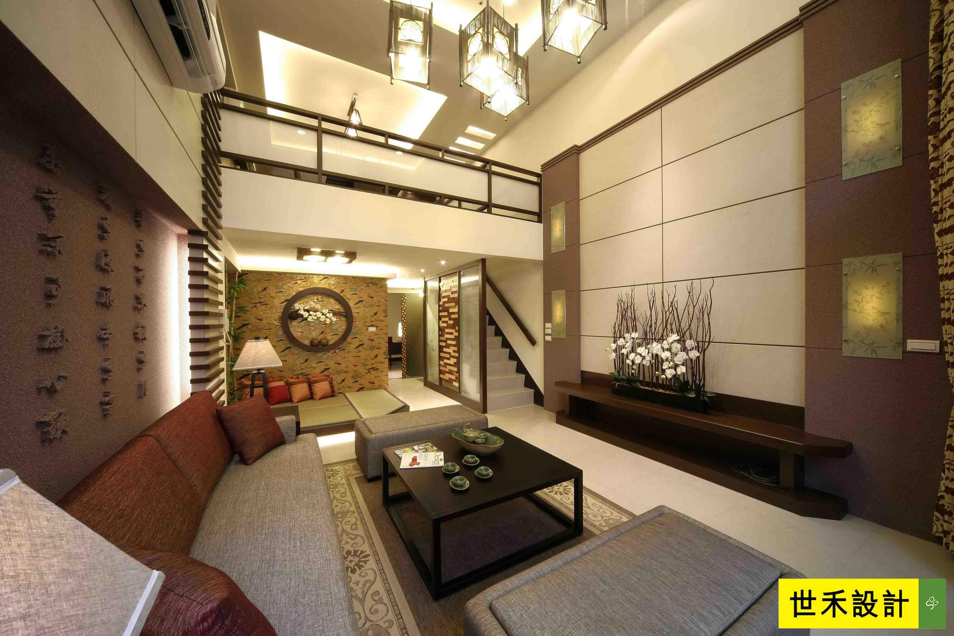 客厅(1)-电视墙的对称造型以及水泥板素材,正巧与背墙设计相呼应,产生
